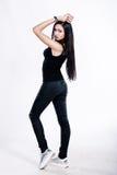 Muchacha bonita en la ropa negra aislada en el fondo blanco Foto de archivo libre de regalías