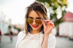 Muchacha bonita en las gafas de sol que miran la cámara Fotografía de archivo
