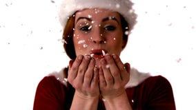 Muchacha bonita en nieve que sopla del traje de santa almacen de metraje de vídeo