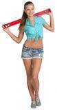 Muchacha bonita en pantalones cortos y camisa que lleva a cabo rojo Foto de archivo libre de regalías
