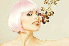 Muchacha bonita en peluca rosada con la zarzamora imagen de archivo