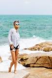 Muchacha bonita en piedra grande en la playa Imágenes de archivo libres de regalías