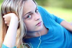 Muchacha bonita en resorte con música Fotografía de archivo