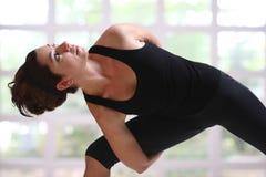 Muchacha bonita en tiempo de la yoga Foto de archivo libre de regalías