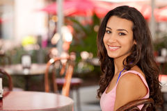 Muchacha bonita en un café de Miami Beach Imagen de archivo