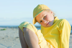 Muchacha bonita en un casquillo amarillo de la bola Imágenes de archivo libres de regalías