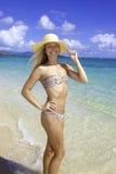 Muchacha bonita en una playa de Hawaii Imagenes de archivo