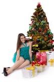 Muchacha bonita en vestido de lujo debajo del árbol de navidad Fotografía de archivo libre de regalías