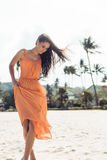 Muchacha bonita en vestido del verano en la playa Imagenes de archivo