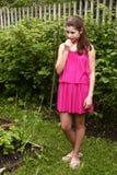 Muchacha bonita en vestido rosado del verano Fotos de archivo