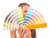 Muchacha bonita entre la paleta de colores Foto de archivo