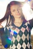 Muchacha bonita feliz al aire libre con sunrays Foto de archivo libre de regalías