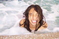 Muchacha bonita feliz en balneario Foto de archivo libre de regalías