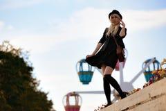 Muchacha bonita joven al aire libre en día soleado, sombrero casual del inconformista de los paneros que lleva Foto de archivo libre de regalías