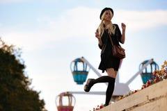 Muchacha bonita joven al aire libre en día soleado, sombrero casual del inconformista de los paneros que lleva Imagenes de archivo