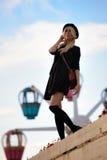 Muchacha bonita joven al aire libre en día soleado, sombrero casual del inconformista de los paneros que lleva Fotografía de archivo libre de regalías