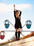Muchacha bonita joven al aire libre en día soleado, sombrero casual del inconformista de los paneros que lleva Foto de archivo