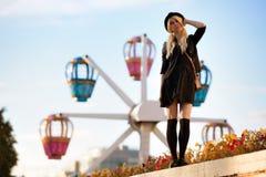 Muchacha bonita joven al aire libre en día soleado, sombrero casual del inconformista de los paneros que lleva Fotos de archivo