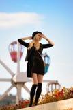 Muchacha bonita joven al aire libre en día soleado, sombrero casual del inconformista de los paneros que lleva Imagen de archivo libre de regalías