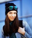 Muchacha bonita joven cerca del edificio del negocio que camina, estudiante en ame Imágenes de archivo libres de regalías