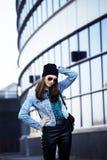 Muchacha bonita joven cerca del edificio del negocio que camina, teenag del estudiante Foto de archivo libre de regalías