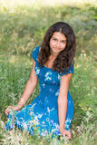 Muchacha bonita joven con el pelo rizado al aire libre Imagenes de archivo