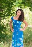 Muchacha bonita joven con el pelo rizado al aire libre Fotos de archivo
