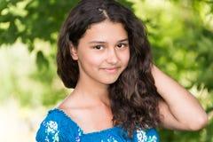 Muchacha bonita joven con el pelo rizado al aire libre Imágenes de archivo libres de regalías