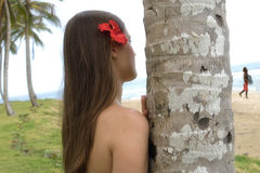 Muchacha bonita joven con la flor en su observación del pelo imágenes de archivo libres de regalías