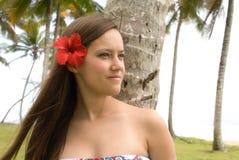 Muchacha bonita joven con la flor en su pelo fotos de archivo