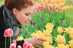 Muchacha bonita joven con los tulipanes Fotografía de archivo libre de regalías