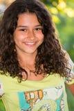 Muchacha bonita joven con un pelo rizado al aire libre Imagen de archivo