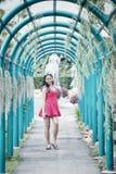 Muchacha bonita joven de Asia en parque imagenes de archivo