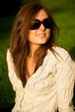 Muchacha bonita joven de la sonrisa en gafas de sol Fotografía de archivo libre de regalías
