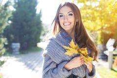 Muchacha bonita joven del adolescente en parque del otoño Imágenes de archivo libres de regalías