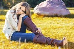 Muchacha bonita joven del adolescente que se sienta en hierba verde Imágenes de archivo libres de regalías