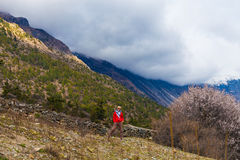 Muchacha bonita joven del retrato que lleva las montañas rojas de Himalays de la chaqueta Mañana Volcano Viewpoint de la naturale Fotografía de archivo libre de regalías