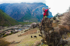 Muchacha bonita joven del retrato que lleva las montañas rojas de Himalays de la chaqueta Punto de vista de la mañana de la natur Fotografía de archivo