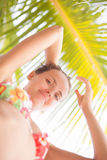 Muchacha bonita joven del retrato que se relaja en la playa El gasto sonriente de la mujer enfría la isla al aire libre de Bali d Imágenes de archivo libres de regalías