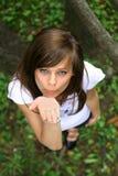 Muchacha bonita joven en la hierba. Fotos de archivo libres de regalías