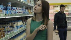 Muchacha bonita joven en una alameda, una comida y bebidas almacen de metraje de vídeo