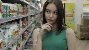 Muchacha bonita joven en una alameda, una comida y bebidas almacen de video