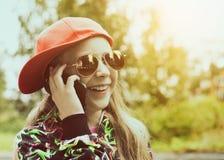 Muchacha bonita joven que habla en el teléfono móvil Fotografía de archivo