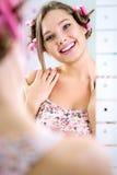 Muchacha bonita joven que mira su reflexión en espejo Fotos de archivo libres de regalías