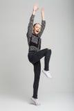 Muchacha bonita joven que salta y que grita Imagen de archivo libre de regalías