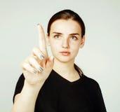 Muchacha bonita joven que señala en el fondo blanco, concepto de la ciencia del negocio Foto de archivo libre de regalías
