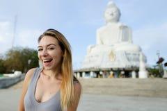 Muchacha bonita joven que se coloca con la estatua de Buda en Phuket, Tailandia Imágenes de archivo libres de regalías