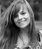 Muchacha bonita joven que sonríe a la cámara. Foto de B&W Fotografía de archivo libre de regalías