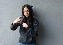 Muchacha bonita joven que toma el selfie contra de la pared texturizada Imagen de archivo libre de regalías
