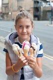 Muchacha bonita joven sonriente feliz con muchos helado Al aire libre im imagenes de archivo